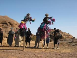 Masked stilteddancers